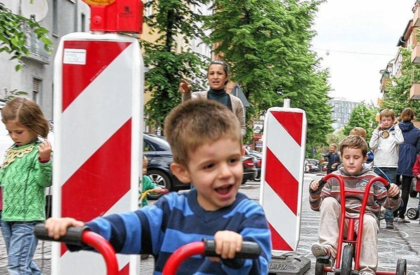 Für große Fahrzeuge gesperrt: Mit sichtlichem Vergnügen strampelten die Kinder mit ihren kleinen ...