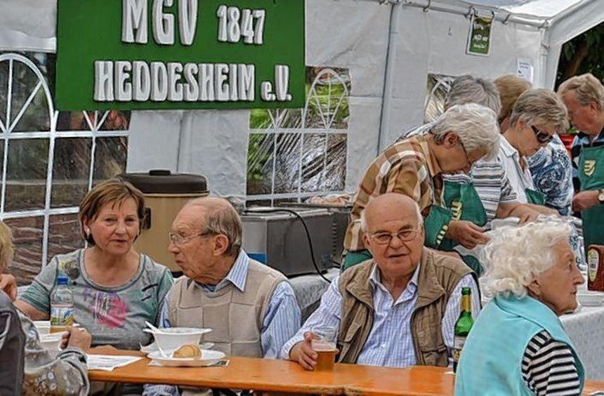 Über viele Besucher freute sich der MGV, dessen Kartoffelsuppe entsprechend schnell ausverkauft ...