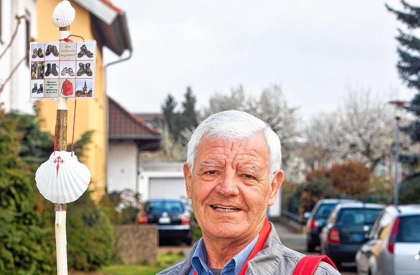 Mit seinem selbst angefertigten Pilgerstab und rotem Rucksack macht sich Gustav Weber morgen auf ...