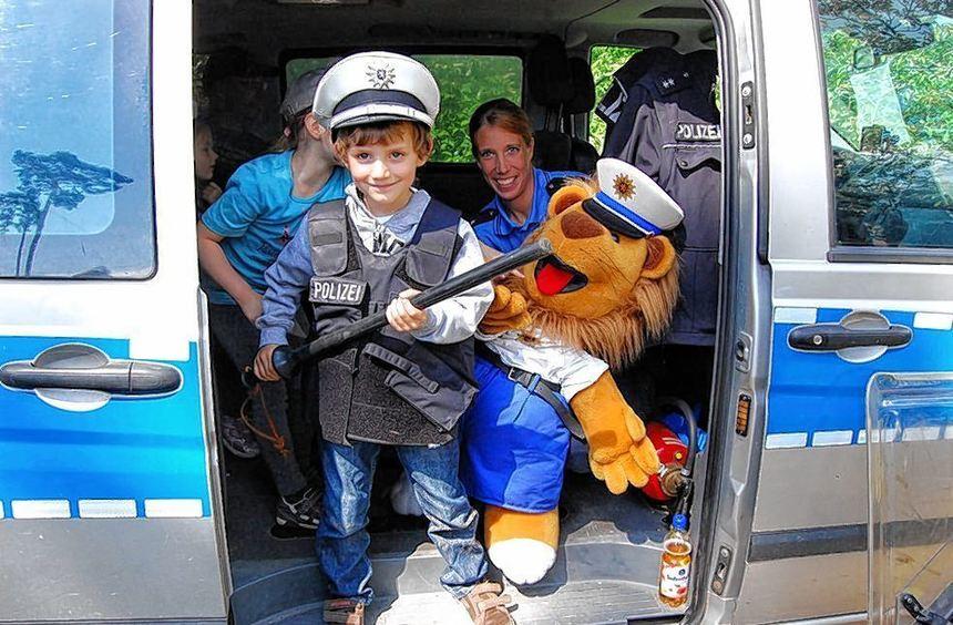 Mit einem Polizeiwagen waren die Beamten zum Kindergartenfest in St. Benedikt vorgefahren - und die ...