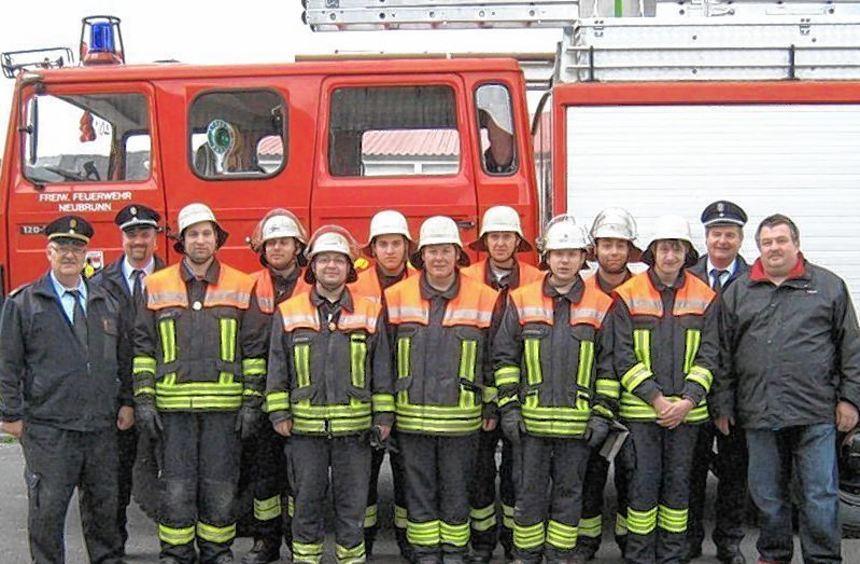Die erfolgreichen Absolventen der Leistungsprüfung mit Kreisbrandinspektor Winfried Weidner, ...