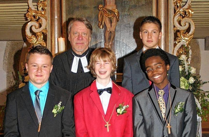 Konfirmation in der Marienkirche in Wildentierbach (von links): Yannik Ehnes (Hachtel), Pfarrer ...