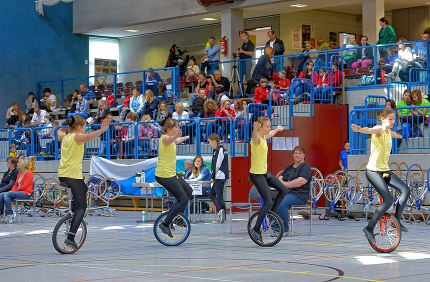 In einer Linie: die Mädchen aus Haingrund mit ihrem Einrad-Vierer.