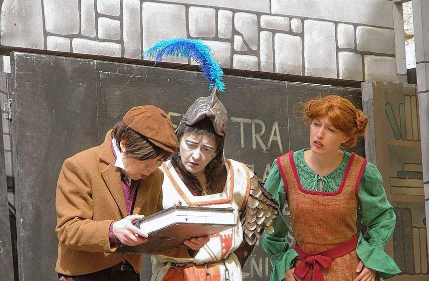 Das geheimnisvolle Buch bringt Prinz Tommy (Anna Wünsch-Haecker), Hui Buh (Sabine Neudeck) und ...