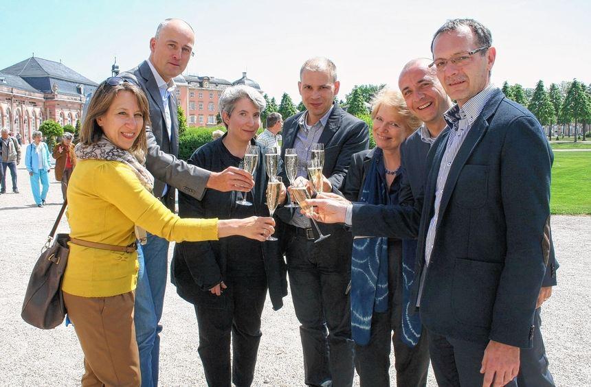Mit einem Gläschen Sekt stießen die Mitglieder des Präsidiums des Vereins Europäische Mozart Wege ...