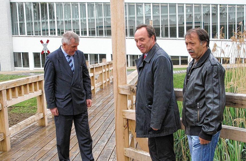 Technoseum-Direktor Prof. Dr. Hartwig Lüdtke inspiziert zusammen mit dem Leitenden Baudirektor ...