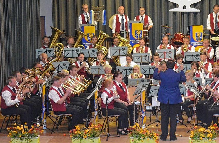56 Musikerinnen und Musiker der Kapellen Hettingen und Eberstadt begeisterten am Sonntagabend mit ...