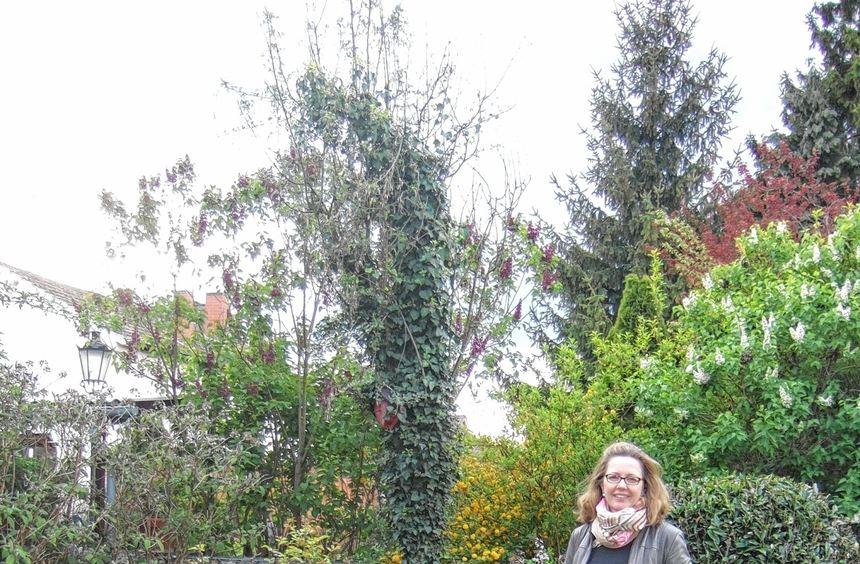 In ihrem Garten fühlt sich Angela Dunn wohl - auch wenn ihr hier ebenfalls die Weite fehlt, die sie ...