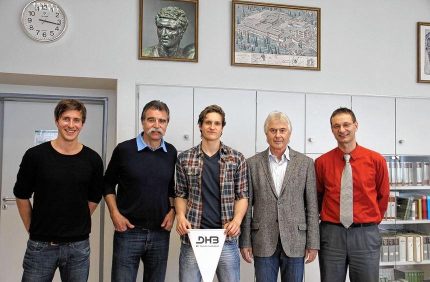 Jonas Maier (rechts) mit der Handball-Legende Heiner Brand.