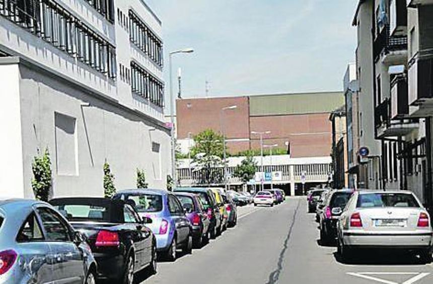 Links parkende Autos sorgen in der Galileistraße häufig für Engpässe.