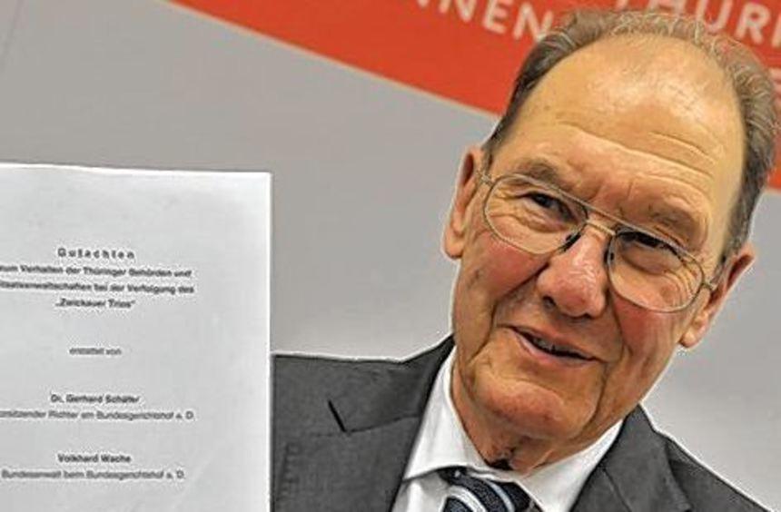 Ex-Bundesrichter Gerhard Schäfer mit dem Untersuchungsbericht.