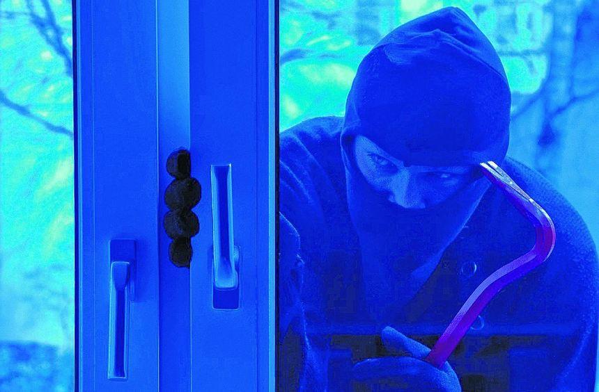 Einbrecher bevorzugen Fenster und Terrassentüren, um ins Haus zu gelangen.