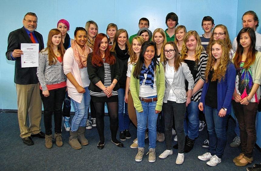 Hans-Herrmann Büchsel (li.), Direktor des Geschwister-Scholl-Gymnasiums mit den Schülern der Klasse ...