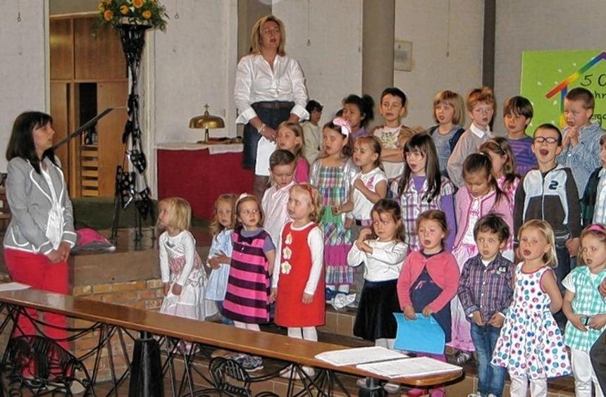 """Mit Liedern umrahmten die Kindergartenkinder von St. Pius den Festgottesdienst zum Jubiläum """"50 ..."""