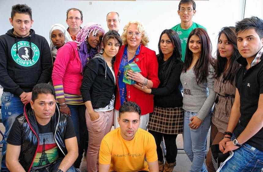 Die Schüler der Justus-von-Liebig-Schule im Kreis von Kunstlehrerin Christine Behrens (Mitte).