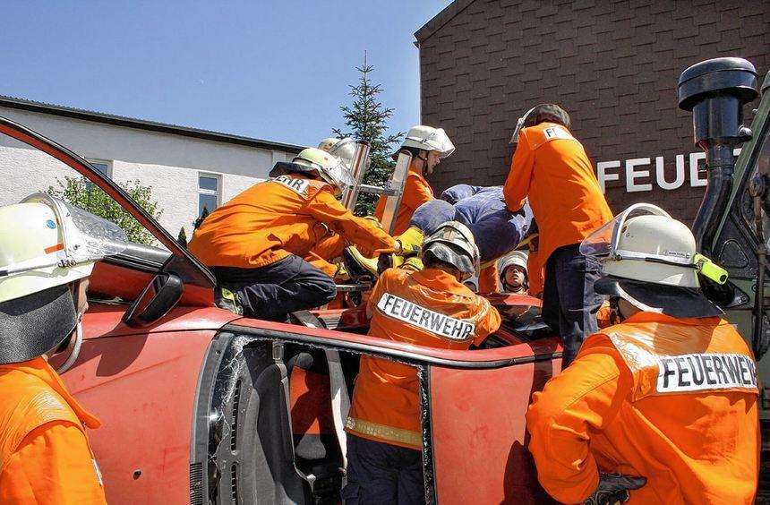 Diese Übung kann später einmal Leben retten: Die Einsatzkräfte der Freiwilligen Feuerwehr ...