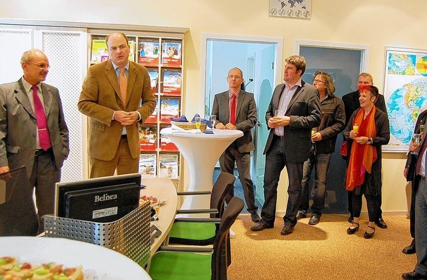 Einweihung: Die offizielle Eröffnung der neuen Geschäftsräume von Reisecenter Odenwald und ...