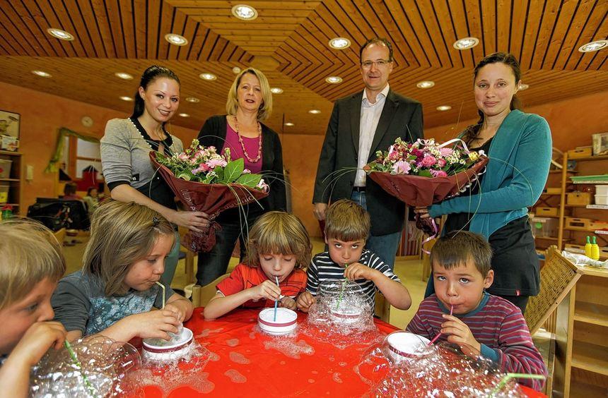 Große Freude herrscht in der Kindertagesstätte Pusteblume. Nadine Karamanis, Kita-Leiterin Heike ...