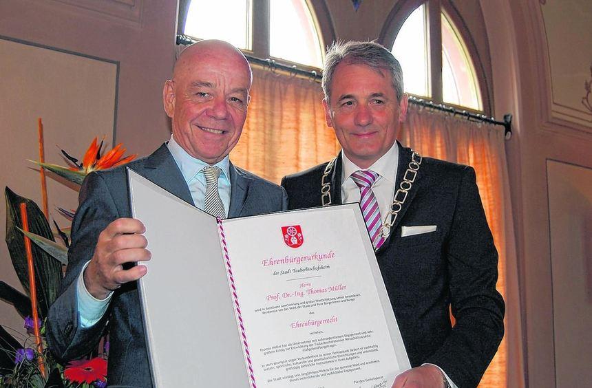 Bürgermeister Wolfgang Vockel (rechts) verlieh am Mittwoch in einer Feierstunde im Rathaussaal ...