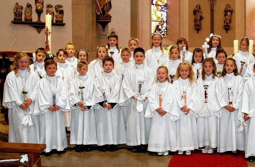 35 Kinder empfingen jetzt in Igersheim die Kommunion. Seit Januar hatten sie sich mit Pfarrer ...