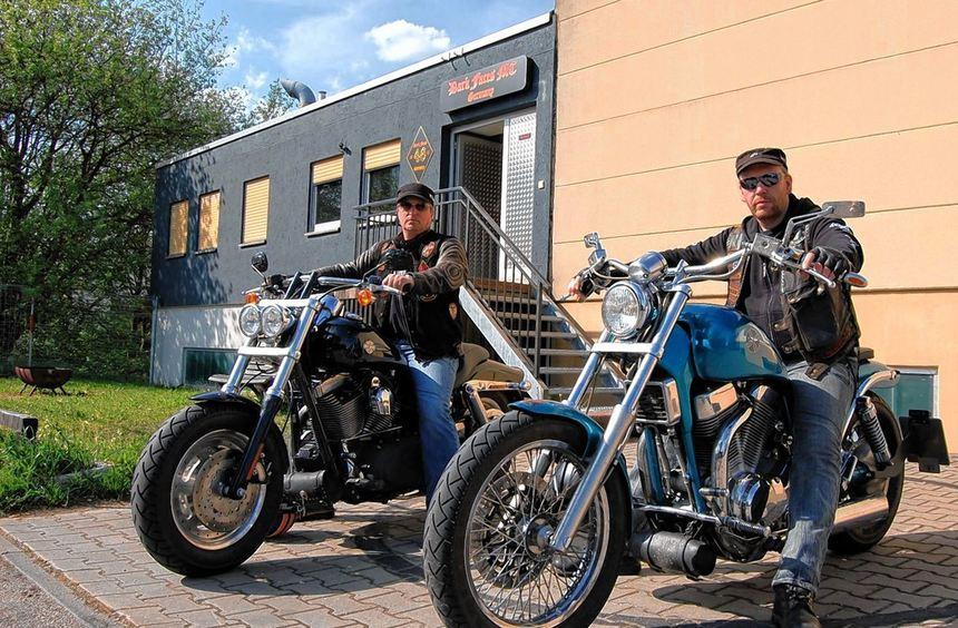 Präsident Hans (rechts) und Ralf gewährten den FN Einblicke in die Motorradclub-Szene.
