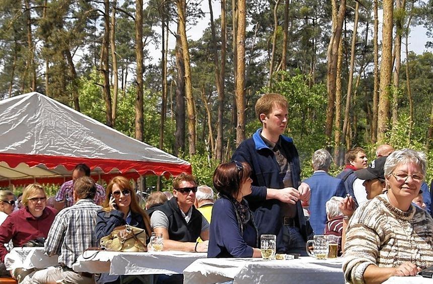 Der MGV Liederkranz begrüßte gestern die zahllosen Gäste an seinem Domizil am Sandhöfer Weg mit ...