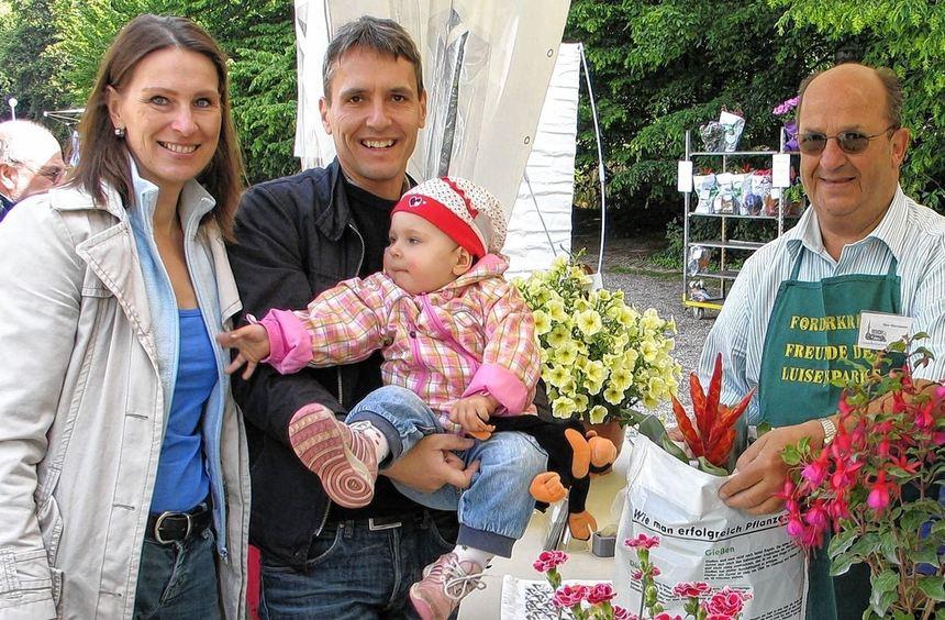 Sylvia und Gerhard Albrecht und Tochter Maya-Elea freuen sich über die gewonnenen Blumen - rechts ...