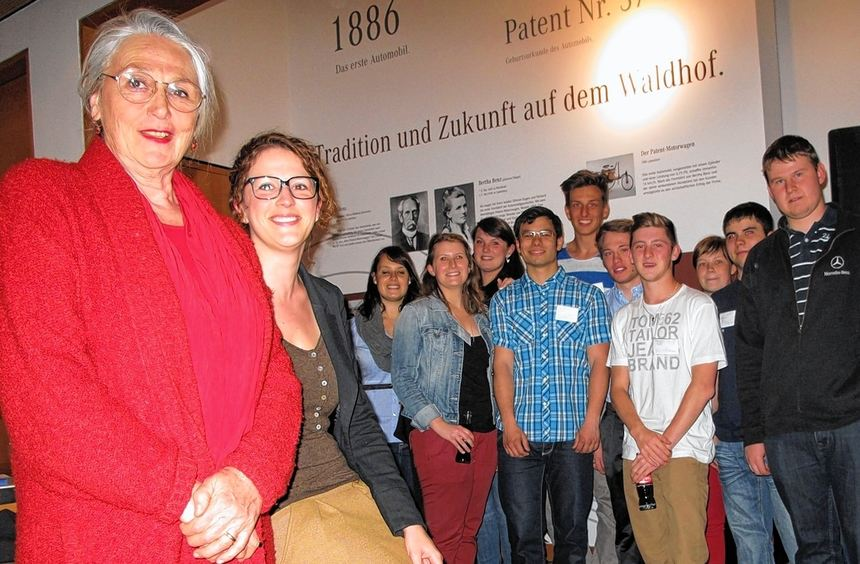 Jutta Benz (links), die Urenkelin des genialen Erfinders des Automobils, begeistert mit ihren ...