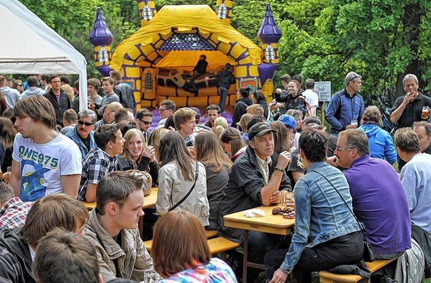Großer Andrang in Bürstadt: Das Waldfest der Harmonie ist vor allem bei Jugendlichen und jungen ...