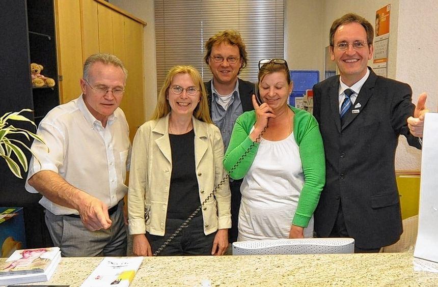 An der Pforte des Brühler Rathauses nimmt Sigrid Schäfer (Bildmitte mit Telefonhörer) weiterhin ...