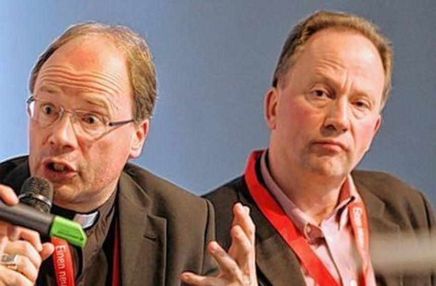Diskussionsrunde: Bischof Ackermann (links), Pater Stefan Kiechle.