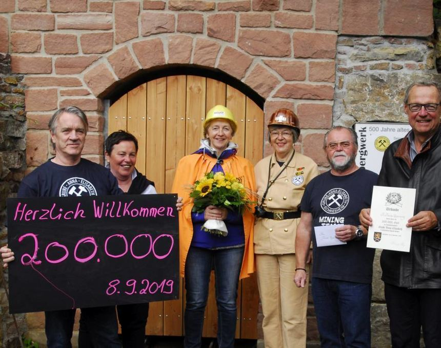 Begrüßung des 200 000. Gastes (v. l.): Stephen Gallagher, Jutta Machatschek, Frauke Repenning, ...