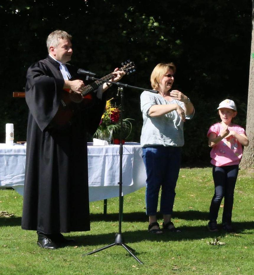 Mitmachlieder (v.l.): Pfarrer Hansjörg Jörger, Christiane Fügner und Sarina.
