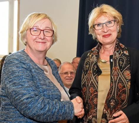 Ministerin Theresia Bauer (l.) gratuliert Astrid Hedtke-Becker.