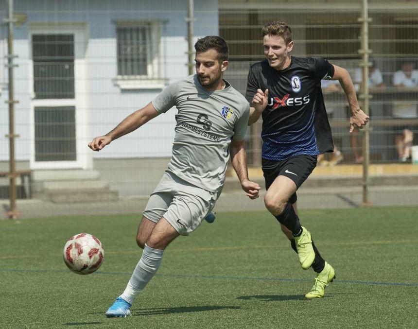 Held der FSG Riedrode: Mirko Alimi (l.), hier Mitte September im Spiel gegen Olympia Lampertheim ...