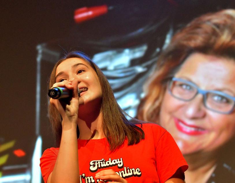 Den zweiten Platz teilte sie sich mit der 14-jährigen Parla Tatar. Seit sie denken kann, singt und musiziert Tatar. Mal allein, mal am Klavier, mal in der Bigband, mal begleitet von der großen Schwester.
