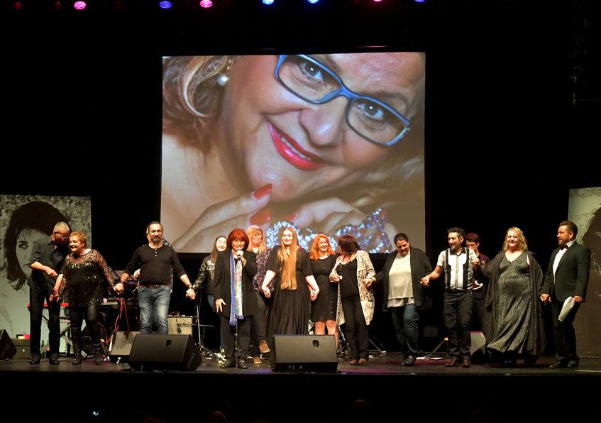 Bilder der Mannheimer Soul-Queen zierten den gesamten Abend den Hintergrund der Bühne.