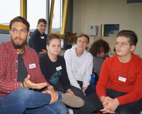 Tolunay Kayaalp im Gespräch mit Delp-Schülern.