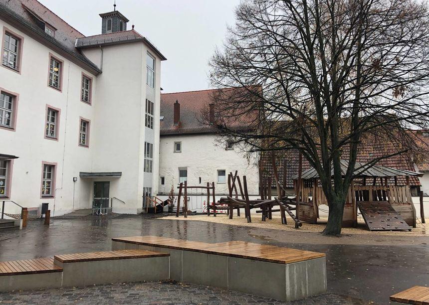 Auf dem Hof der Schlossschule gibt es nun ein neues Klettergerüst und Sitzgelegenheiten.