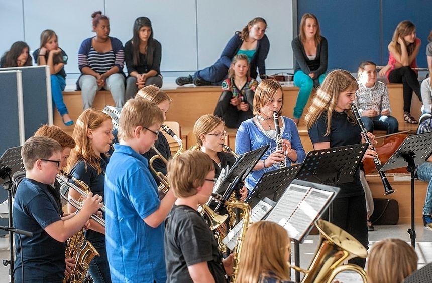 Zu einem schwungvollen Konzert hatte die Geschwister-Scholl-Schule ins Forum eingeladen.