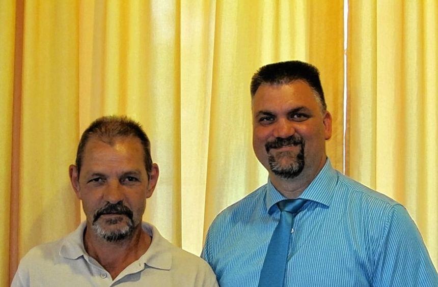 Für 25-maliges Blutspenden wurde Edbert Lanig von Neubrunns Bürgermeister Heiko Menig (rechts) ...