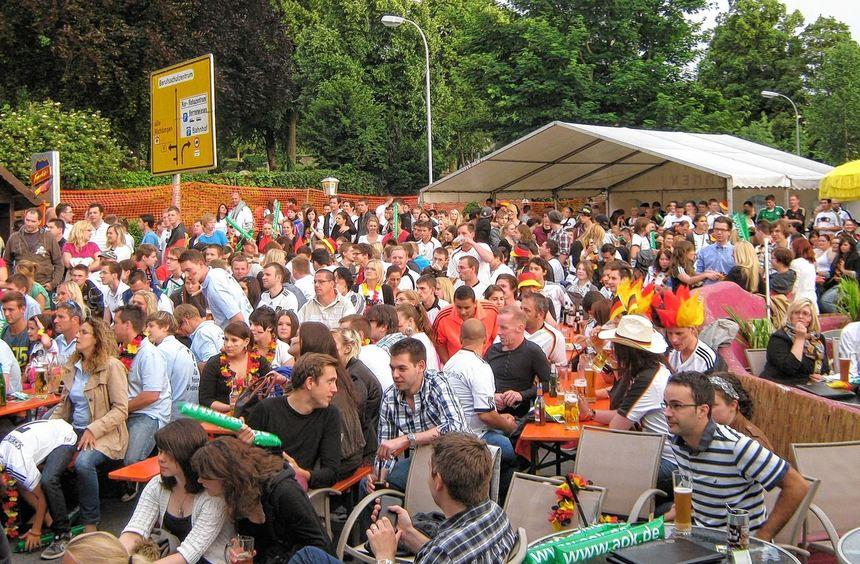 Bis zum erlösenden Tor von Mario Gomez in der 72. Minute mussten die Fans auch in Bad Mergentheim ...
