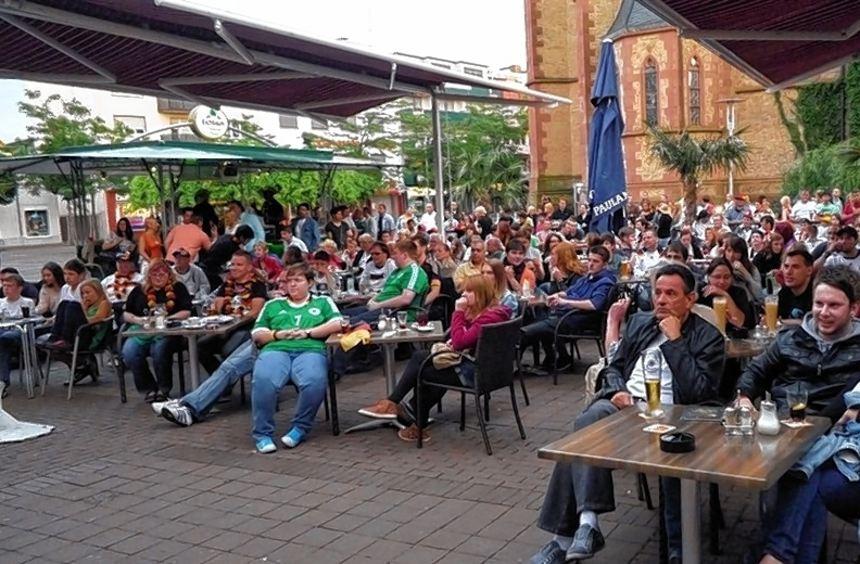 """Kein Platz war mehr frei in der """"Arena"""" am Timescafé vorm Rathaus."""