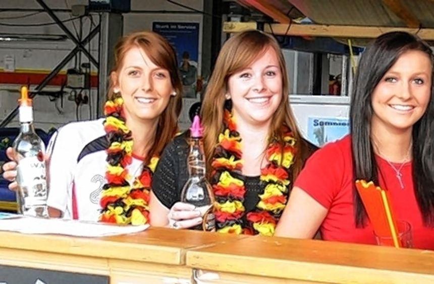 An der Bar schenkten die jungen SKK-Mitglieder ein.