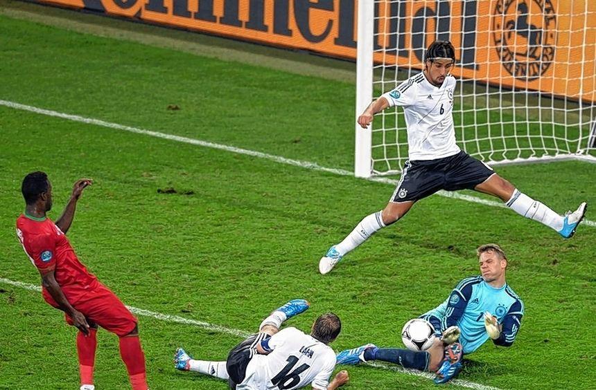 Kapitän Philipp Lahm (am Boden) war gegen Portugal nicht in Top-Form. Seinen Fehler kurz vor ...