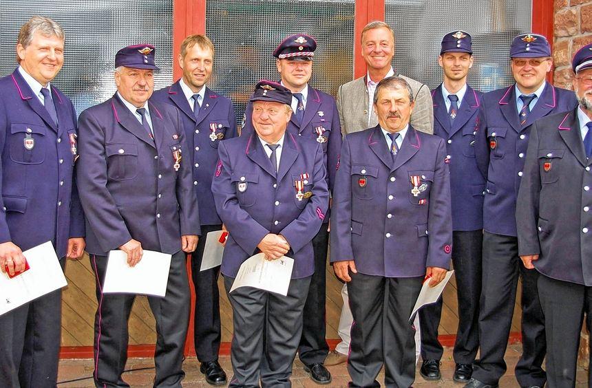Verdiente Mitglieder der Freiwilligen Feuerwehr wurden am Sonntag in Sachsenhausen für ihr ...