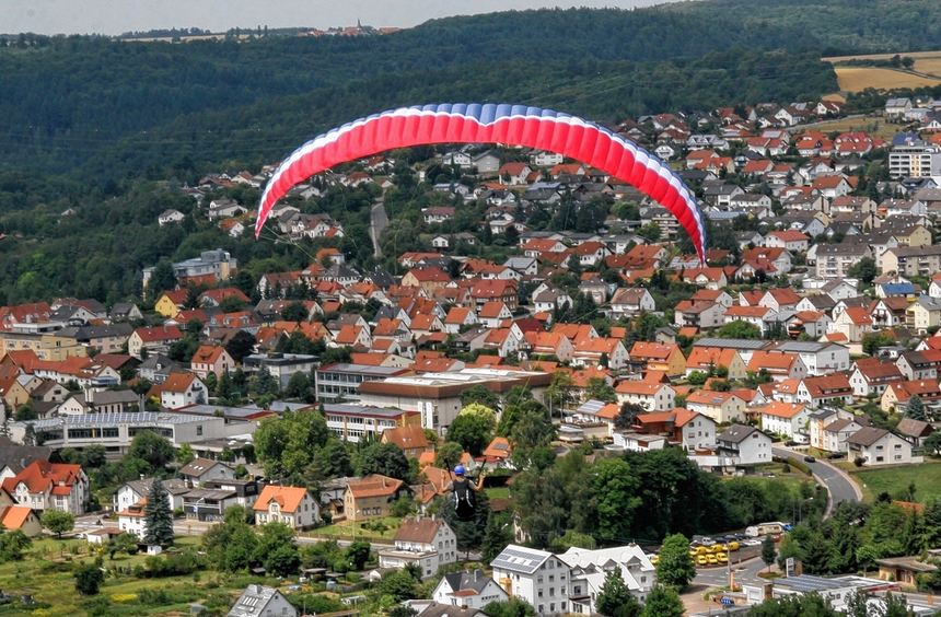 Am kommenden Wochenende werden wieder Drachen- und Gleitschirmflieger ihre Runden über Hardheim ...