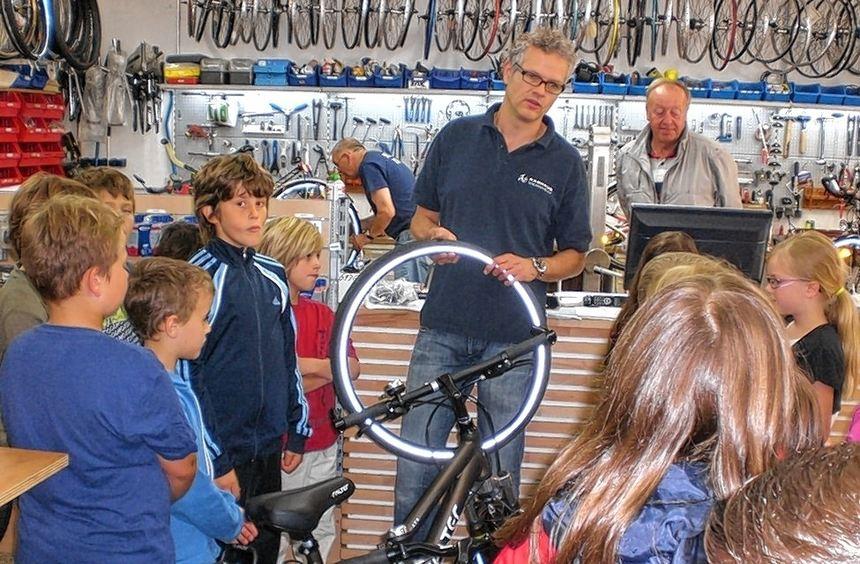 Andreas Hofmann (M.) erklärte den Kindern jedes Detail eines Fahrrades.