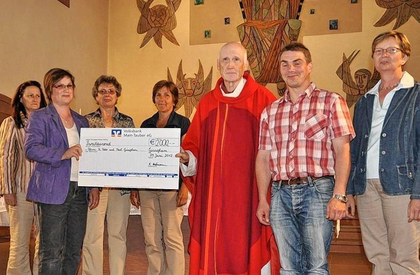 Im Beisein von Pfarrer Dr. Hermann Bockmühl haben (von links) Kathy Withopf, Regina Hofmann, Rosel ...