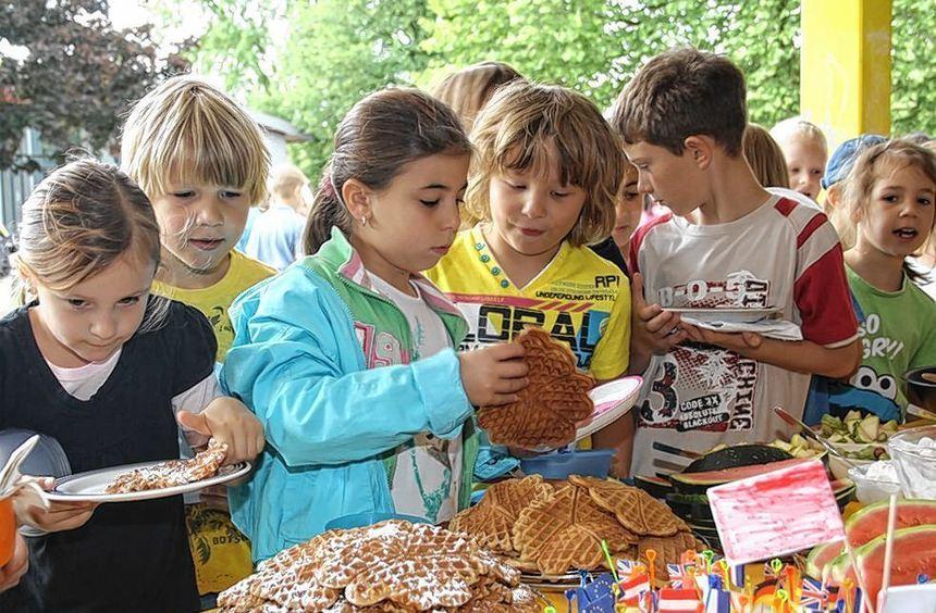 Zum gesunden Frühstück in der Astrid-Lindgren-Schule gab es süße Waffeln, aber auch vitaminreiche ...